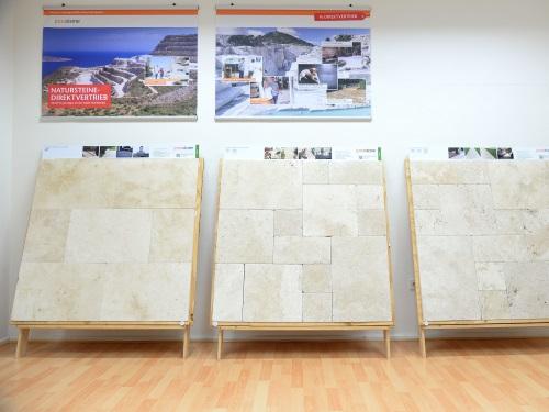 Trois grandes planches à dessin avec pierre de travertin côte à côte